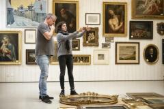 Alte Meister, Ausstellungsaufbau Nidwaldner Museum Winkelriedhaus, 2017, v.l.n.r. Thomas Odermatt (Sammlungs- und Ausstellungstechniker) und Patrizia Keller (Kuratorin). Foto: Christian Hartmann