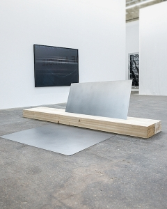 Kilian Rüthemann · Ohne Titel, 2016, Holz, Stahlblech, 316x250x800cm, Galerie Untilthen, Paris