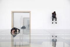 Anne Imhof · Faust, 2017, mit Franziska Aigner and Eliza Douglas, Deutscher Pavillon. Foto: Nadine Fraczkowski