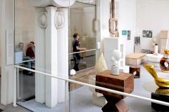 Atelier Brancusi in Paris, im Hintergrund der Künstler im Gespräch