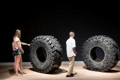 Ohne Titel (Truck Tires), 2013, geschnitzte Reifen, 148x148x60cm, Installationsansicht Museum Tinguely, Basel, Collection Mudam Luxembourg ©ProLitteris. Foto: Stefan Schmidlin
