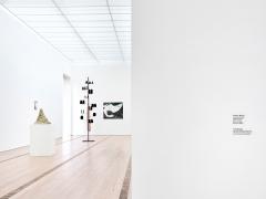 Installationsansicht in die Ausstellung ‹Sammlung Beyeler / Remix›, mit Bildlegende von Tino Sehgal, 2017, Courtesy Fondation Beyeler, Riehen/Basel. Foto: Mark Niedermann