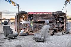 BGL · Le dernier étage, 2014, Installation auf einem Parkplatz mit Altwagen, modifizierten Auspuffen, Tabak. Foto: Ivan Binet
