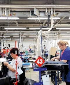Innenpolsterei, Firma Pirin-Tex, Goze Deltschew, Bulgarien, 2017. Hier nähen Arbeiterinnen Futter und Innentaschen in Sakkos von bekannten internationalen Modelabels ein. Foto: Roland Roos