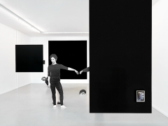 Jakob Kolding · The Outside or the Inside of the Internalised Externalised, Centre d'édition contemporaine, 2017, Aussstellungsansicht von der Strasse. Foto: Sandra Pointet