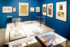Kult- Denkmäler, Ausstellungsansicht Zeppelin Museum 2017. Foto Markus Tretter