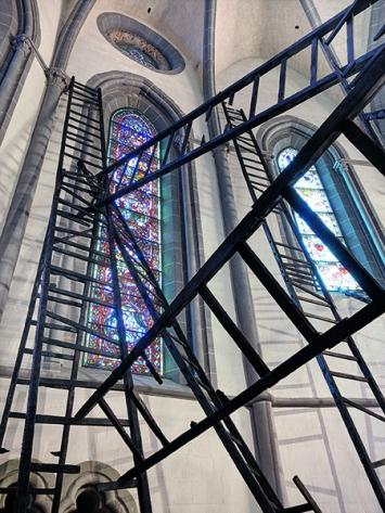 9.5 sur l'échelle de Luther, 2017, in Zusammenarbeit mit dem Atelier Pascal Moret, Holz, Glas, Hospitalité artistique, Eglise Saint-François, Lausanne (Ausstellungsansicht). Foto: Anoush Abrar