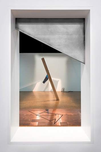 Une porte doit être ouverte ou non fermée (Fenêtre), 2017, Holz, Stahl, Wand (Fenster ca. 139x84 cm), Courtesy GalerieThomas Bernard-Cortex Athletico,Paris, Counter Space, Zürich. Foto: Marco Blessano