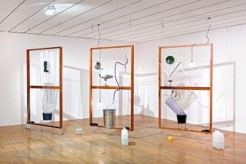 Yuko Mohri · Moré Moré [Leaky]: The Falling Water Given #4-6, 2017, Ausstellungsansicht Biennale de Lyon, MAC. Foto: Blaise Adilon