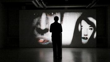 Qubibi · Diagolus 3, 2017. Durch das Spiel mit Fingerpuppen mit Bewegungssensoren, werden die Besucher zur Regisseuren einer humorvollen Konversation, Courtesy Digital Arts Association