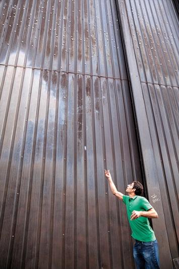Navid Tschopp · Topologische Agenda - Der Weg zum Master, 2010, Magnete auf der Stahlfassade des Kehrichtheizkraftwerks Josefstrasse, Zürich. Foto: Gunnar Meier