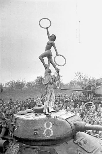Olga Lander · Veranstaltungen im Rahmen der Truppenbetreuung für die 36. Panzerbrigade, 3. Ukrainische Front, Bahnhof Rasdelnaja, vermutlich August 1944, Courtesy Zentrales Museum der Streitkräfte, Moskau