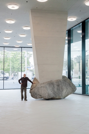 Erich Hattan · Unverrückbar, 2017, Findling, 24 Tonnen, Foyer St. Jakobshalle Basel. Foto: Olivier Christe