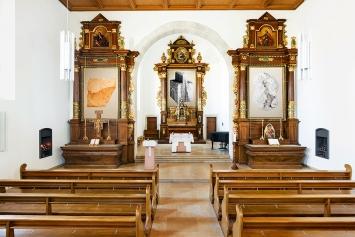 Jan Hostettler · (v.l.n.r.): Lehm, Holz (Kreuzabnahme) und Knochen (2017)in der Klosterkirche Dornach. Foto: Serge Hasenböhler