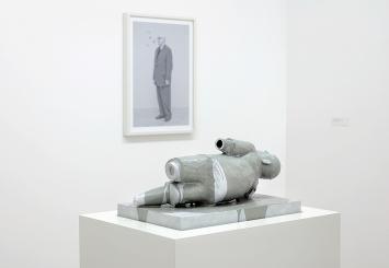 Urs Lüthi · Lost Direction IV, Figur 3, 2016, Aluminium, Farbe, Holz, Teppich (vorne); Selbstporträt (Butterflies), 2014, Ultrachrome-Pigmentprint (hinten) Foto: Martin Stollenwerk