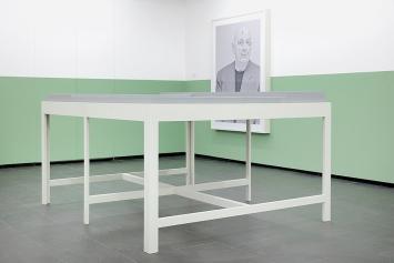 Urs Lüthi · Skulptur aus der Serie Brachland / Wasteland, Nr. 2, 2014, Holz, Farbe (vorne); Selbstporträt (Brachland I), 2014, Ultrachrome-Pigmentprint, Unikat (hinten). Foto: Martin Stollenwerk