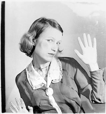 Birgit Jürgenssen · Ich möchte hier raus!, 1976/2006, Schwarzweissfotografie, 40 × 30 cm