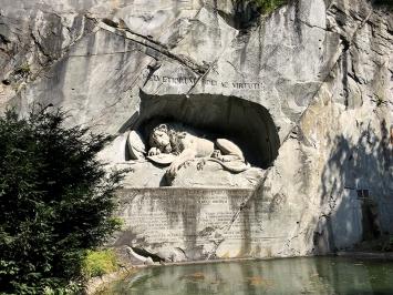 Löwendenkmal Luzern von Bertel Thorvaldsen, enthüllt 10.8.1821 - 29 Jahre nach dem Tuileriensturm