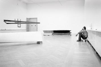 Bruce Nauman beim Installationsaufbau seiner Ausstellung in der Kunsthalle Basel, 1986 © ProLitteris, Courtesy Fotoarchiv Kunsthalle Basel