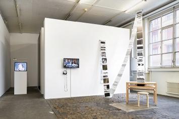 Richard Serra und Voluspa Jarpa · Stumble and Choose, 2018,Ausstellungsansicht Médiathèque du FMAC, Genf. Foto: Thomas Maisonnasse