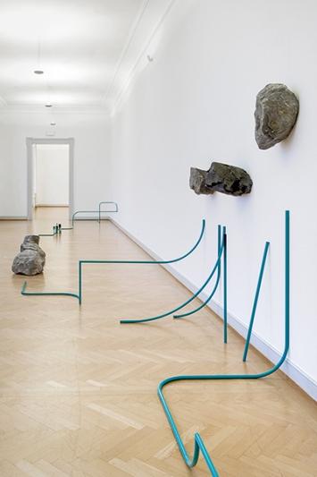 Gabriel Kuri · Attempt 1 to arrest the flow from event A to event B, 2018, Installationsansicht Kunstmuseum St. Gallen, Courtesy Esther Schipper, Berlin. Foto: Sebastian Stadler