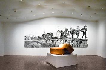 Yanagigori (Bambuskoffer, den die Arbeitsmigranten mit sich führten), 1917; Jürgen Stollhans · Wandzeichnung, Kohle auf Papier, 2018 (hinten), Ausstellungsansicht Johann Jacobs Museum Zürich. Foto: Carla Peca