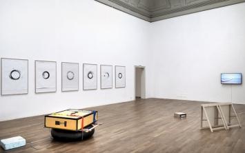 Bignia Wehrli · Sonnenzirkel - Rhein, 2017 (vorne) und Den Horizont in die Hand nehmen, 2017 (hinten rechts). Ausstellungsansicht Kunsthalle Winterthur