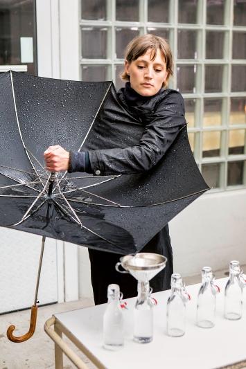 L'eau de Lucerne, 2019, Performance im öffentlichen Raum, modifizierter Regenschirm, ca. 1,5 h, im Rahmen von ‹Eile mit Weile – Zeit für Performance›, akku Kunstplattform und (ort).Fotos: Luis Hartl