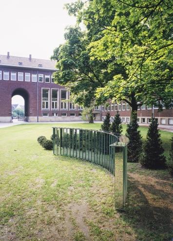 Harald Klingelhöller, Die Wiese lacht oder das Gesicht in der Wand, 1987, Skulptur Proejkte 1987, Foto: LWL/Rudolf Wakonigg