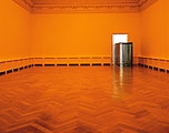 The Curious Garden, 1997 Installation Kunsthalle Basel. Der grosse Oberlichtsaal wurde durch gelbe Folien in gelbes Licht getaucht. Dadurch verloren alle anderen Farben an Intensität und die Architektur an Konturen. Durch eine Art «Schleuse» aus blauer Folie betrat man dann den zweiten Raum mit einer Hecke aus Astgeflecht. Im letzten Raum drehte sich – angetrieben durch den eigenen Abwind – ein an der Decke befestigter Ventilator (siehe S. 10), der die Wärme des Innenraumes mit der winterlichen Kälte ausserhalb des geöffneten Fensters vermischte. Foto: Christian Vogt, Basel