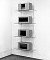 René Zäch · Ohne Titel, 1988, Holz, Karton, Eisenschutzfarbe, Tablarkonstruktion, 4 Objekte, je 9 x 55 x 25 cm