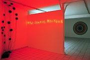 Claude Levèque · Sans titre, 1997, Lettres en néon rouge formant la phrase «Nous sommes heureux»Ugo Rondinone · My Sister is a Rainmaker, 1997. 16 hauts-parleurs, CD, câbles. Tous les photos: coll. FRAC, Poitou, Charentes
