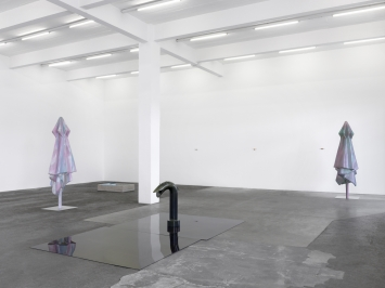 «Ambarabà Ciccì Coccò», Ausstellungsansicht, 2021, mit Werken von Alfredo Aceto und Denis Savary. Photo: Annik Wetter