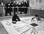 Navaho «Sandmaler» in der Ausstellung «Indian Art of the United States» im Museum of Modern Art, 1941
