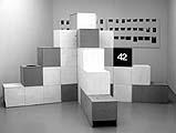 Manfred Pernice · «Casino II», 2001/02, Spanplatten, Kunstharzlack, 45 Farbfotos, 360 x 360 x 200 cm