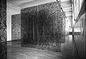 Stefan Sulzberger · Ohne Titel, 2002, Schuhcrème auf transparente Baufolien; Foto: Reto Schlatter, Zürich