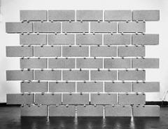 Vincent Ganivet · Palette de Parpaings (mur), 2004, CNAP , Paris. Foto: Galerie Corentin Hamel