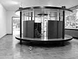 Stephen Craig · The Time Machine, 2001, Bemaltes Holz, Metal, Glas, 250 x 200 x 200 cm, Foto: Gregor Jansen