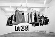 Harald Pridgar & Jaqueline Jurt · MIA, 2002, 30 Röcke, Kleiderstangen und Spiegelschrift