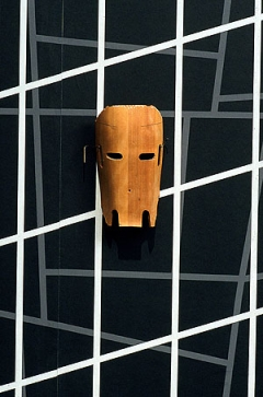 Martin Boyce · Now I've Got Real Worry (Mask), 1998–99 Bearbeitete Plywood Beinschiene von Ray und Charles Eames von 1942–43, 27 x 14 x 6 cm, Installation Jerwood Gallery, London, 2000, Courtesy The Modern Institute, Glasgow
