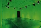 À droite: «Albatros», 2003, Projection «La fée verte», 2003, Bacs métalliques, projecteurs de lumière verte, diffusion de parfum.