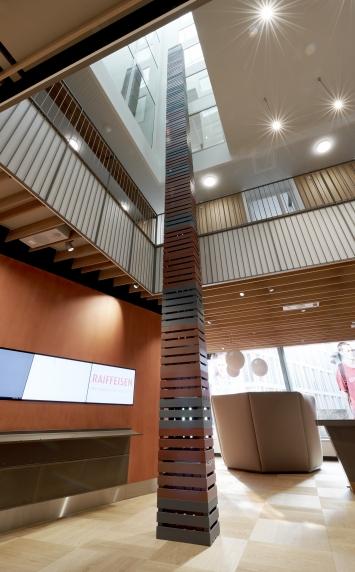 Valentin Carron, «KUPFER, SIGNAL, TRAFFICO», 2018,Raiffeisen Bankhalle St.Gallen,Der Turm wächst in den Lichtschacht. Foto: Jerry Gross, St.Gallen