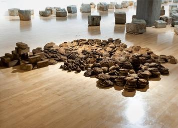 Sheela Gowda · Untitled (Cow dung), 1992–2012, Ausstellungsansicht Lenbachhaus, 2020.Foto: Simone Gänsheimer