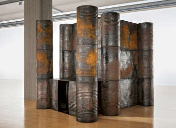 Sheela Gowda · Darkroom, 2006, Ausstellungsansicht Lenbachhaus, 2020.Foto: Simone Gänsheimer
