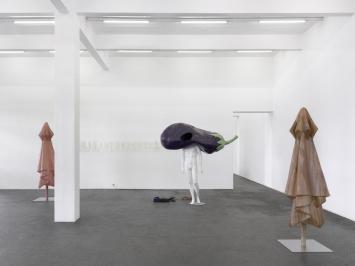 «Ambarabà Ciccì Coccò», Ausstellungsansicht, 2021, mit Werken von Alfredo Aceto und Denis Savary.Photo: Annik Wetter