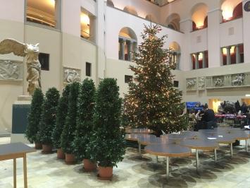 Universität Zürich, Tische, Stühle, Weihnachtsbaum, Topfpflanzen, antike Skulptur – ein etwas sehr buntesPotpourri, Foto: Mathis Neuhaus