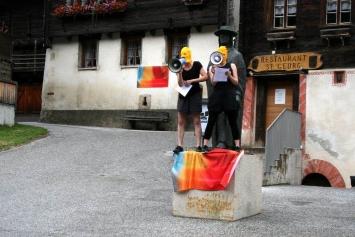 Celia & Nathalie Sidler:Reclaim The streets! Die Rutsche auf dem Dorfplatz, 2017; 25 bedruckte Fahnen und Performance, Foto: Josiane Imhasly