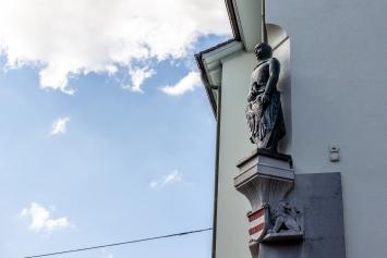 Eduard Spörri, Graf von Frohburg, Bronzeskulptur, Stadthaus Kirchplatz