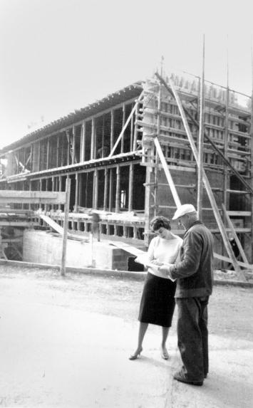 Susi Müller-Gehrig (1926–1981), Architektin, auf einer Baustelle.Foto: Privatarchiv