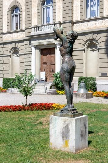 Hermann Haller, Auf zur Freude, Bronzeskulptur, vor dem Museum
